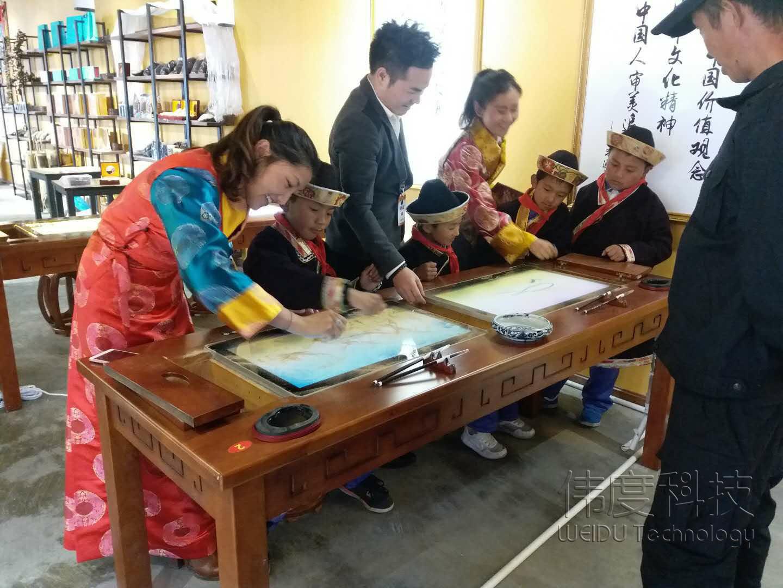 广州沙画协会会长伍保明大师在西藏某创客基地上公开课