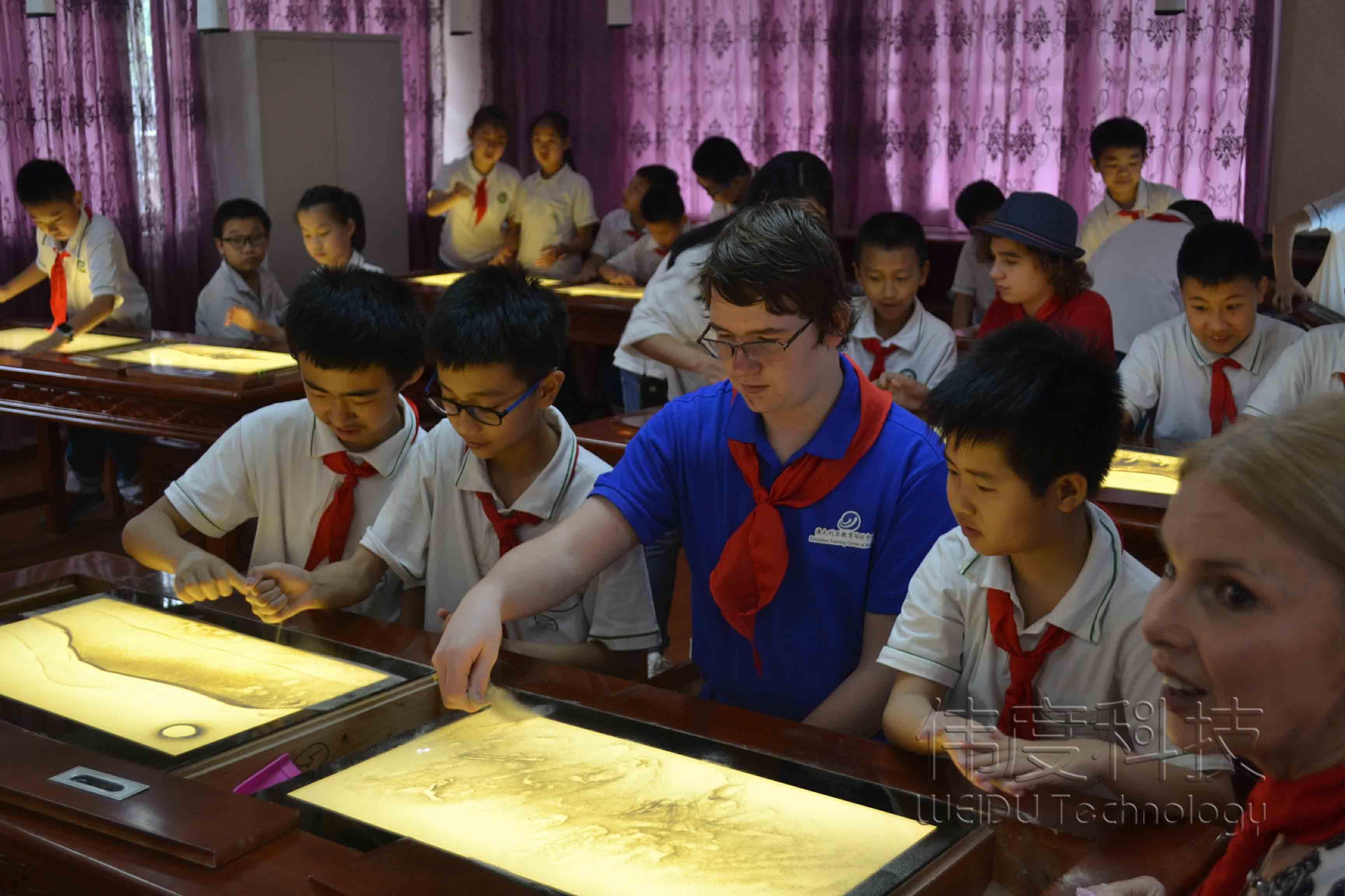 传播沙画艺术,华夏儿女与外国友人一同体验沙画课程